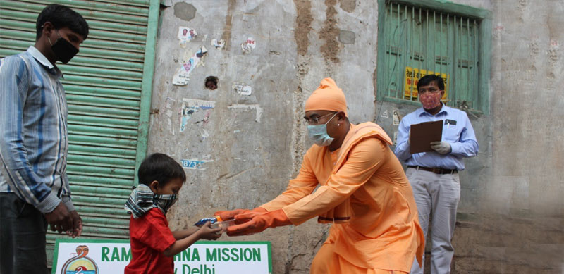 Distribution of GoMo packets at the Ramakrishna Mission in Delhi