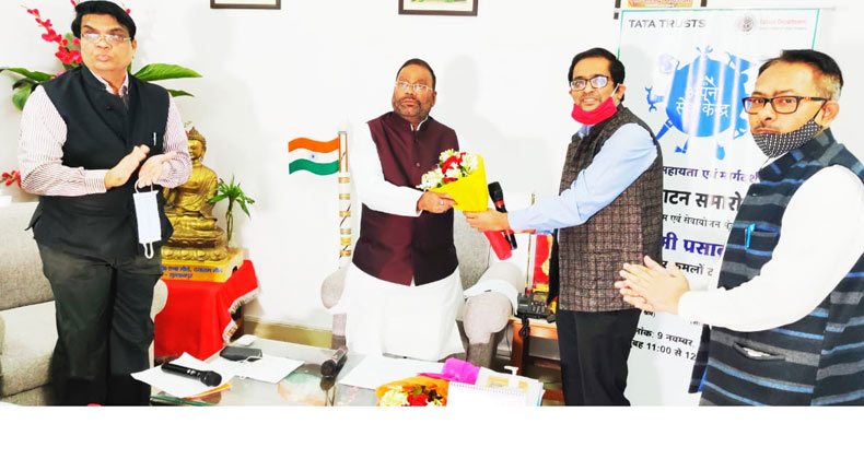 Salil Srivastava, State Programme Officer, Migration Support Programme, Tata Trusts, welcoming Swami Prasad Maurya, Cabinet Minister, Labour, Employment and Coordination, Government of Uttar Pradesh, at the launch of the Tata Trusts' Mission Gaurav Programme